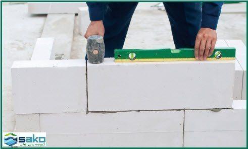 Tiếp tục thi công các hàng gạch bê tông nhẹ tiếp theo