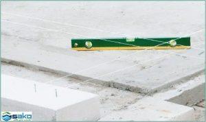 Căn chỉnh viên gạch siêu nhẹ sau khi đã xây