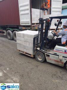 Trọng lượng gạch AAC siêu nhẹ nên dễ dàng vận chuyển