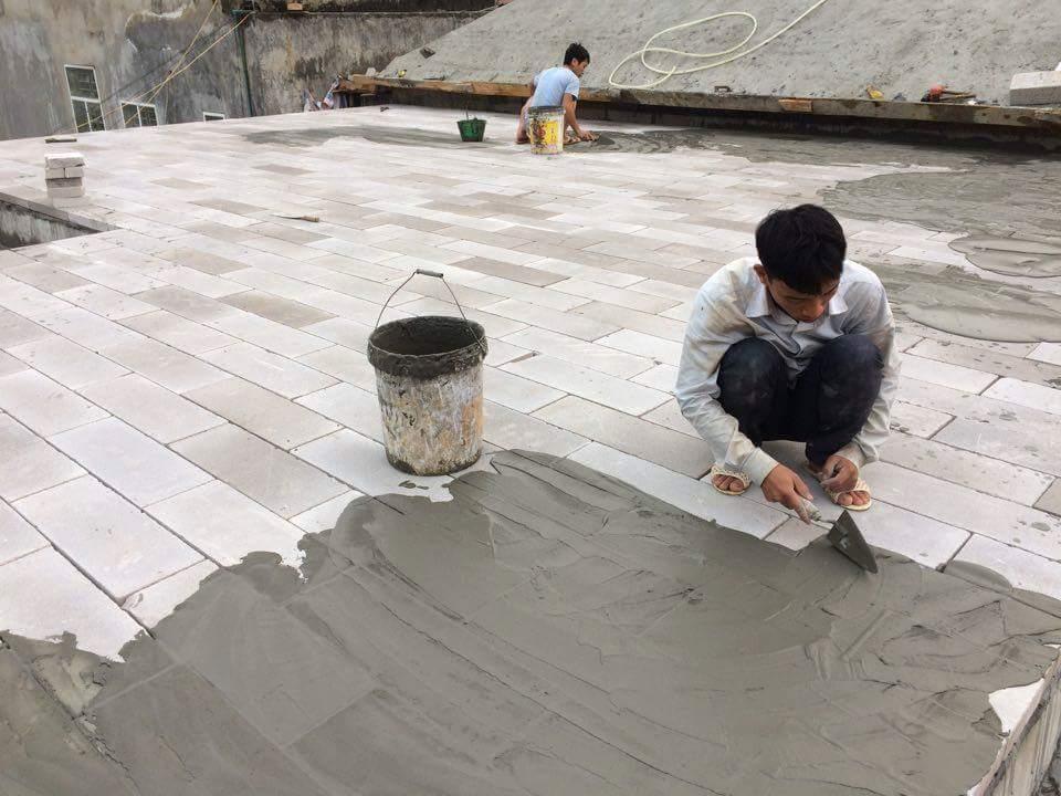 Thi công chống nóng mái bằng gạch nhẹ AAC