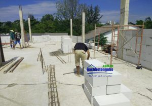 Công nhân xây gạch bê tông nhẹ AAC