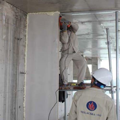 Giữa tường vách, tường trần sử dụng keo foam trương nở liên kết