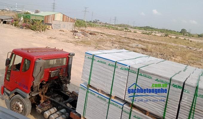 Giao tấm panel bê tông khí chưng áp ở công trình xây dựng tại Cần Thơ