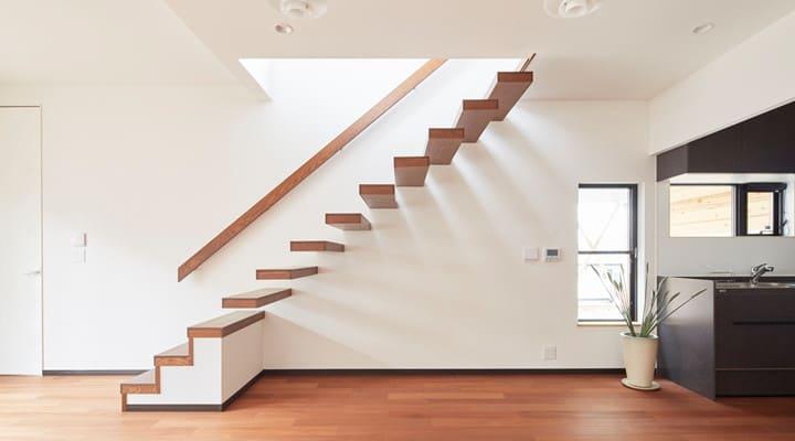 Thiết kế cầu thang bên trong nhà sàn bê tông hiện đại