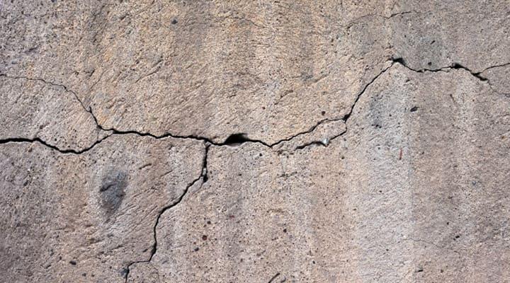 Vết nứt phat triển lan rộng và to hơn khi sàn bê tông bị rung lâu